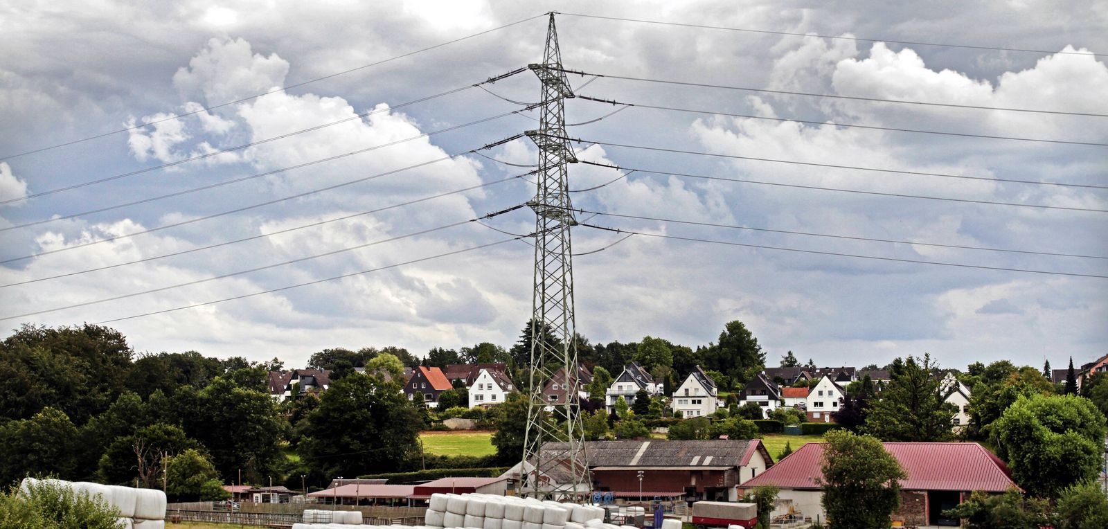 EINMALIGE VERWENDUNG Strommast / Strom / Strompreis / Häuser