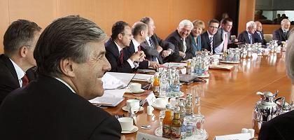 Deutsche-Bank-Chef Ackermann (l.) im Kanzleramt: Zeuge im Ausschuss
