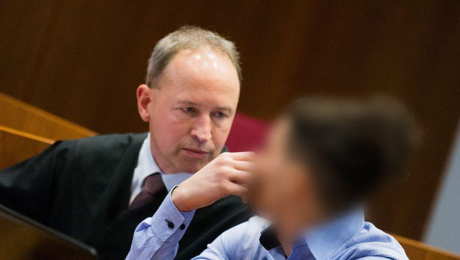 Der Hauptangeklagte Walid S. und sein Anwalt Martin Kretschmer im Landgericht Bonn