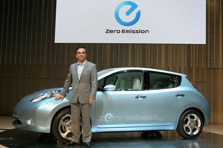 Nissan-Chef Carlos Ghosn mit dem Elektroauto Leaf: Japan fördert Stromer mit über 10.000 Euro Käuferprämie