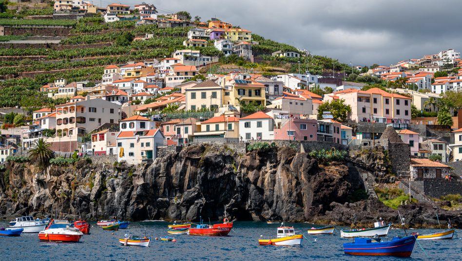 Blick auf die Küste von Madeira nahe der Hauptstadt Funchal. Die Insel sucht Alternativen zum Tourismus, doch bislang profitieren nur wenige