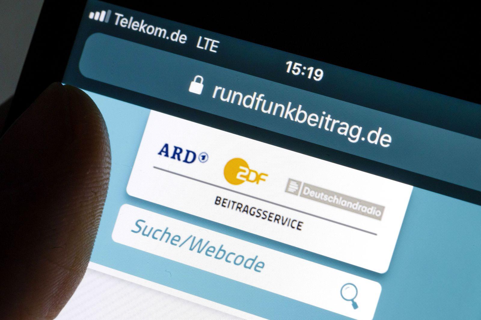 Die Website rundfunkbeitrag de wird auf einem Smartphone angezeigt Berlin 15 02 2019 Berlin Deutsc