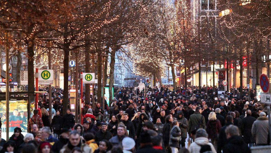 Die Deutschen - hier in der Hamburger Innenstadt - geben ihr Geld gerne für Kleidung und Reisen aus