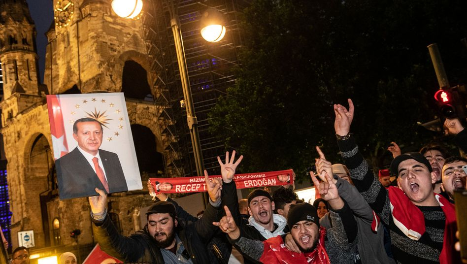 Erdogan-Anhänger auf dem Kurfürstendamm