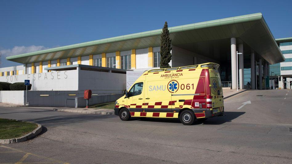 Rettungswagen vor der Universitätsklinik in Palma de Mallorca (Archivbild)