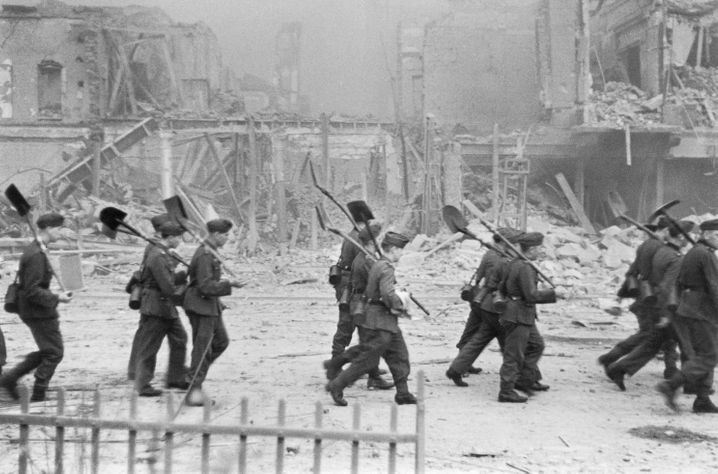 Räumungsarbeiten nach dem Luftangriff auf Düsseldorf 1943