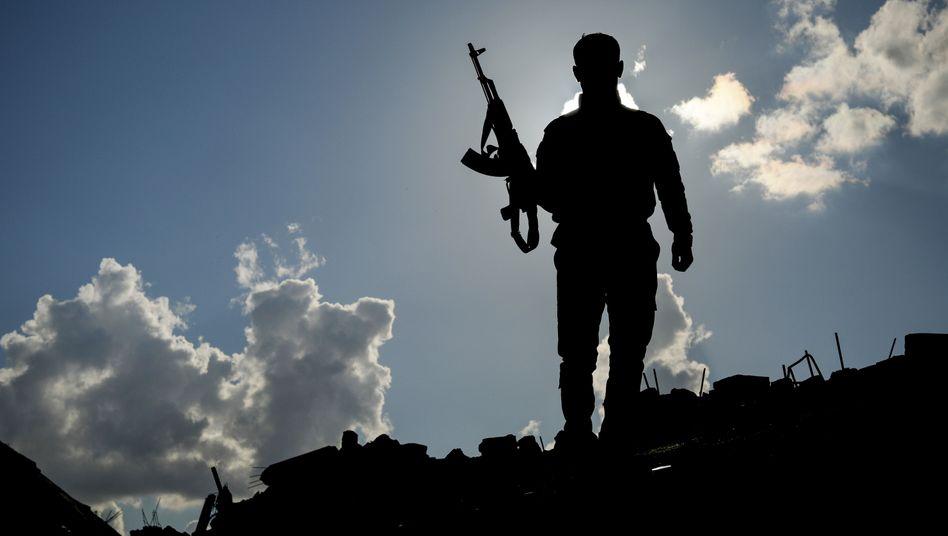 Ein SDF-Kämpfer im Grenzgebiet
