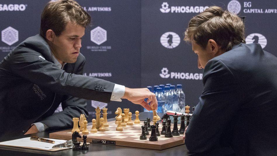 Magnus Carlsen (l.) gegen Sergej Karjakin
