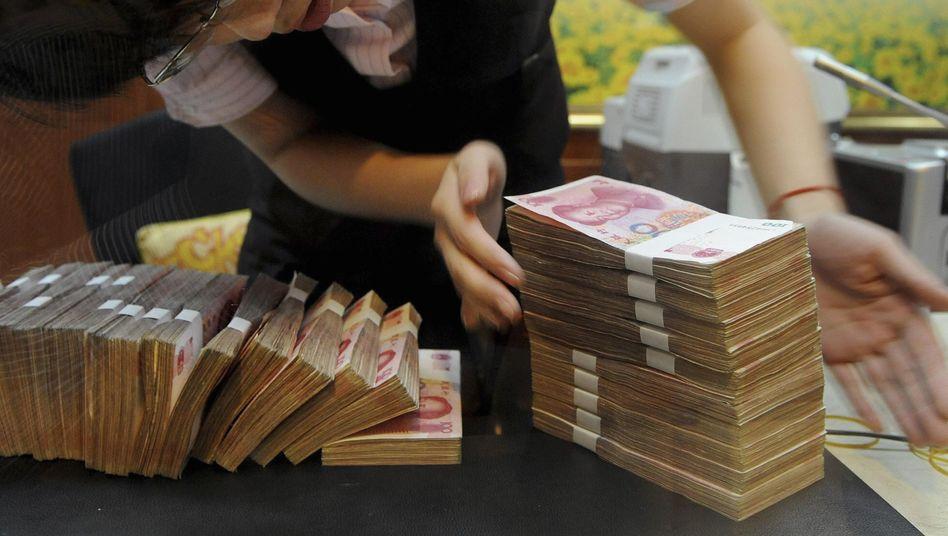 Bankangestellte in China: Der Kurs des Yuan zum Dollar ist um 30 Prozent gestiegen