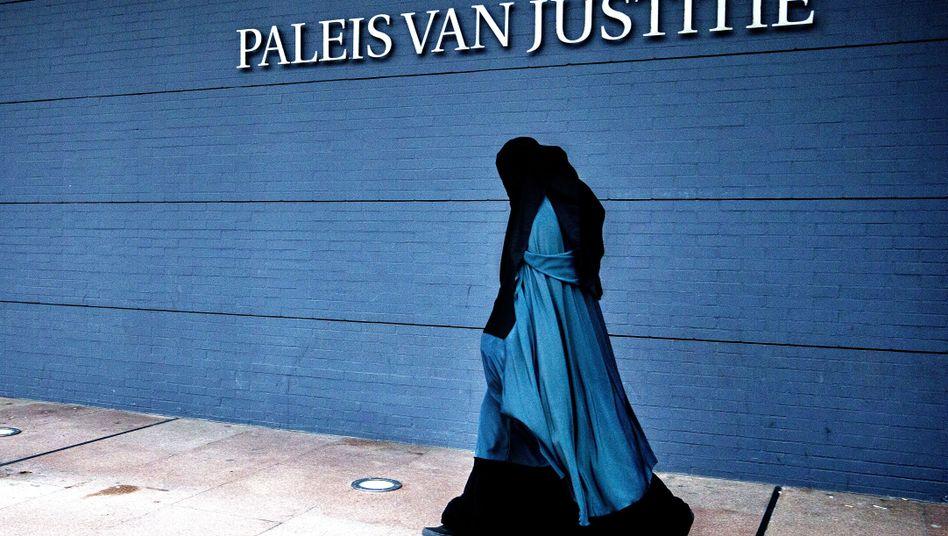 Burka-Trägerin vor dem Justizpalast in Den Haag (Archivbild)