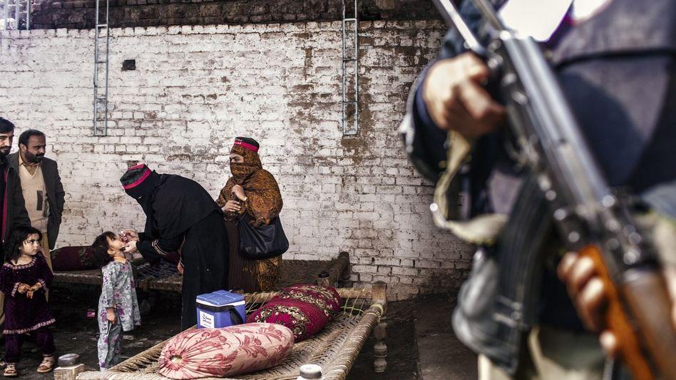 Von Sicherheitskräften bewachte Anti-Polio-Kampagne in Peschawar Mehr als 60 Impfhelfer mussten innerhalb von zwei Jahren ihr Leben lassen