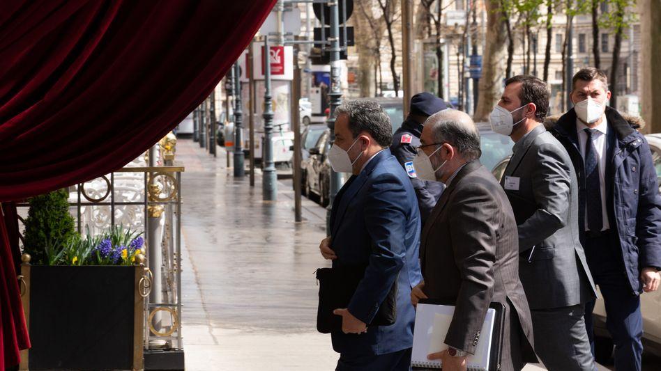 Seyed Abbas Arakchi (l.), stellvertretender iranischer Außenminister, trifft am Veranstaltungsort der Atomgespräche zwischen Iran und den USA ein