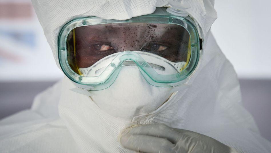 Mitarbeiter eines Ebola-Behandlungszentrums in Uganda bei einer Übung