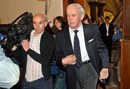 Kanther auf dem Weg ins Gericht: 20,8 Millionen in der Schweiz