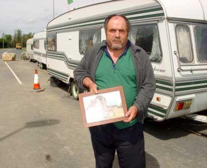 Traveller Michael Mongan vor seinem Wohnwagen