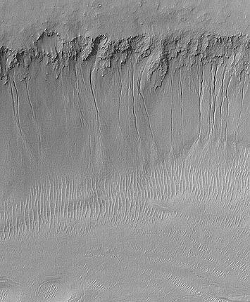 Nirgal Vallis: Am Rand des Marstals sind Rinnen zu erkennen