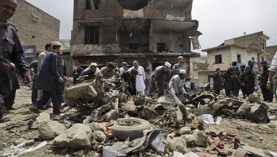 Landi Kotal im Nordwesten Pakistans: Polizisten und Passanten suchen nach Verletzten