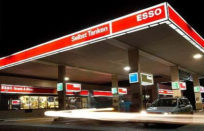 A coffee advertising poster in Esso gas stations caused controversy.