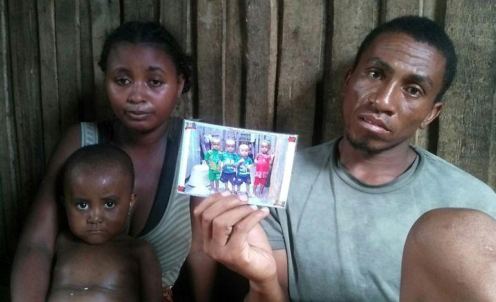 Dada mit einem Foto der Cousins, von denen drei an Masern gestorben sind