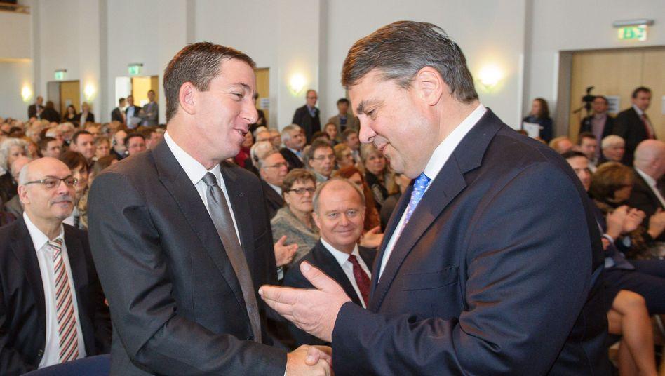 Greenwald (l.), Gabriel: Warum gewährt Deutschland Snowden kein Asyl?