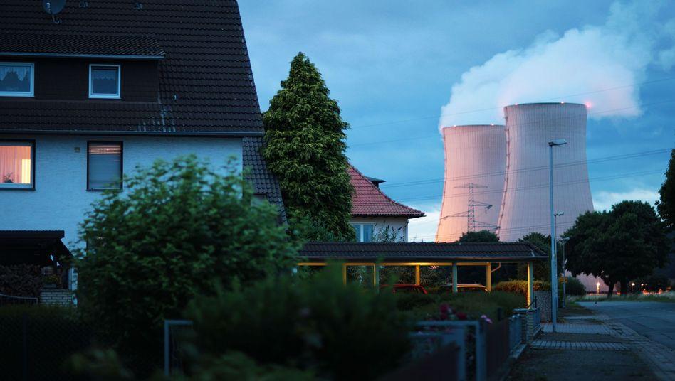 Wohnhäuser, Kühltürme des Kernkraftwerks in Grohnde: Außergewöhnlicher Plan