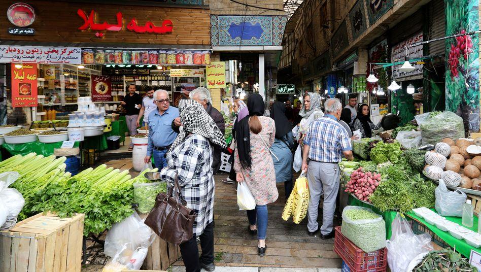 Iraner im Norden der Stadt erledigen ihre Einkäufe