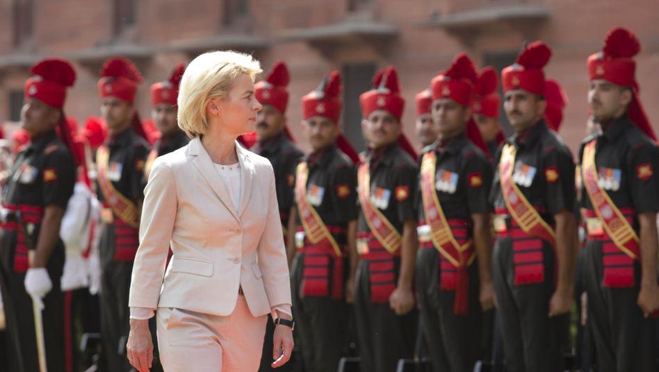 Von der Leyen nimmt Ehrengarde in Neu-Delhi ab: Werbung für U-Boote und Eurofighter
