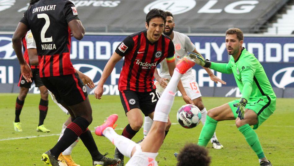 Frankfurts Makoto Hasebe (M.): Sieg gegen die Bayern