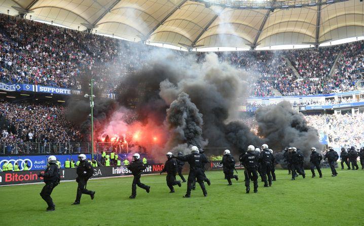 Pyrotechnik beim HSV-Heimspiel gegen Borussia Mönchengladbach (2018)
