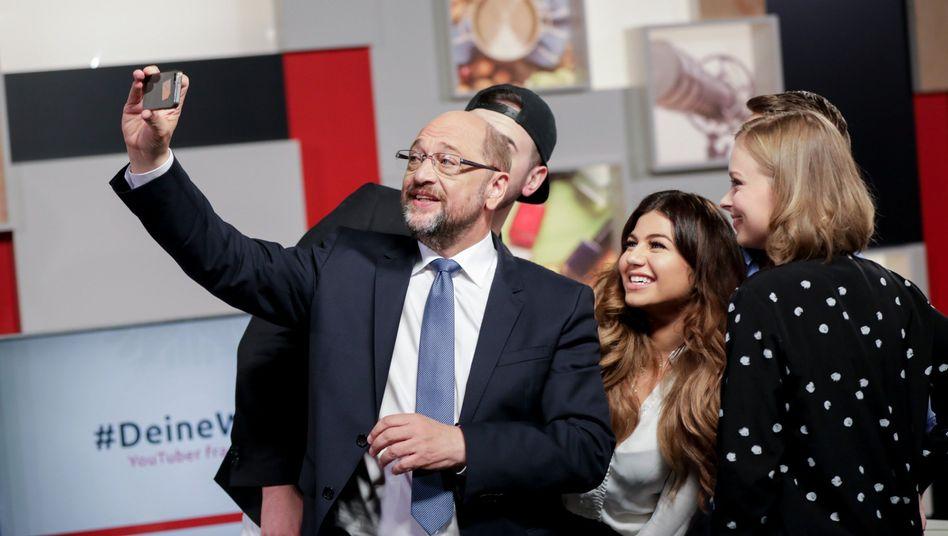 Martin Schulz fotografiert sich mit YouTubern