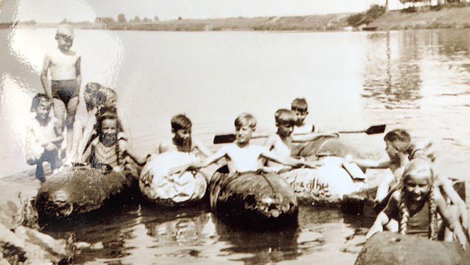 Kinder in umgebauten Flugzeugtanks auf der Weser, ca. Sommer 1945.