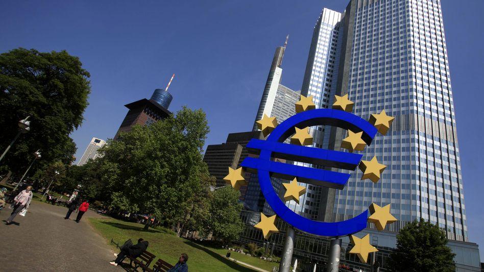 Euro-Symbol der EZB in Frankfurt am Main: für 14,5 Milliarden Euro Anleihen gekauft