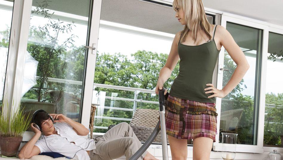 Sie putzt, er entspannt: Ob das die Beziehung stärkt?