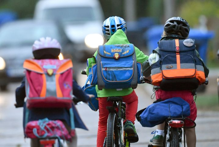 Kinder auf dem Weg zur Schule