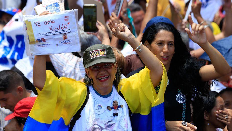 """Unterstützung für Maduro - auf dem Bild einer Demonstrantin steht: """"Ich liebe dich, Nicolás"""""""