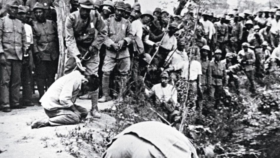 Japanische Soldaten richten Chinesen hin, um 1940.