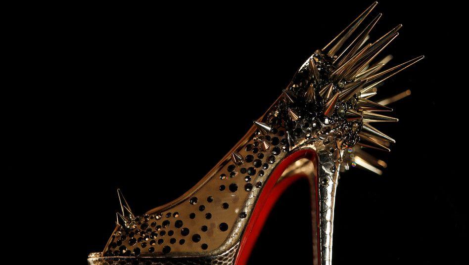 Ein Schuh von Designer Christian Louboutin