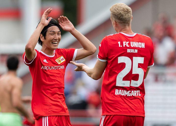 Genki Haraguchi (l.) und Timo Baumgartl von Union Berlin