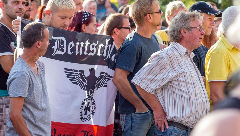 Flüchtlinge in Heidenau: Ankunft mit Hilfe der Polizei