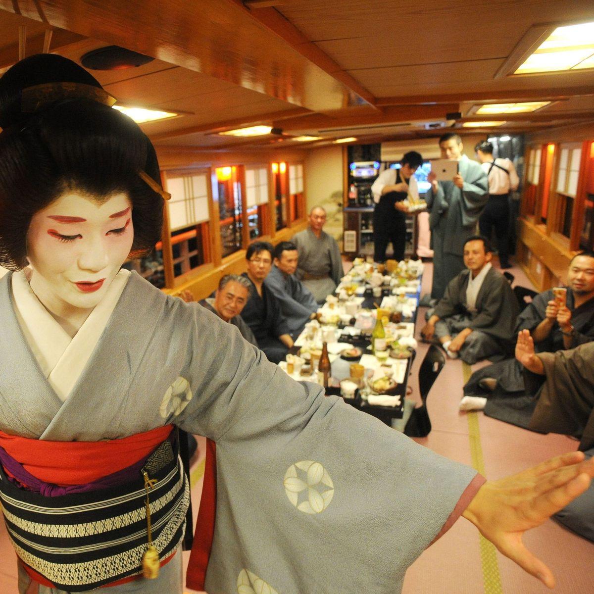 Männliche Geisha: Ein Japaner steht seine Frau - DER SPIEGEL