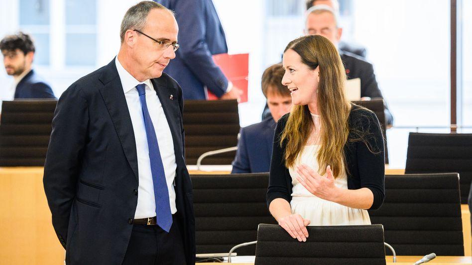 Hessens Innenminister Peter Beuth (CDU) im Gespräch mit Janine Wissler (Linke): Mails mit Todesdrohungen