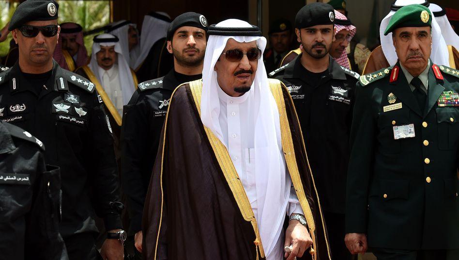 Saudi-Arabiens König Salman mit Leibwächtern: 85 Hinrichtungen seit Jahresanfang