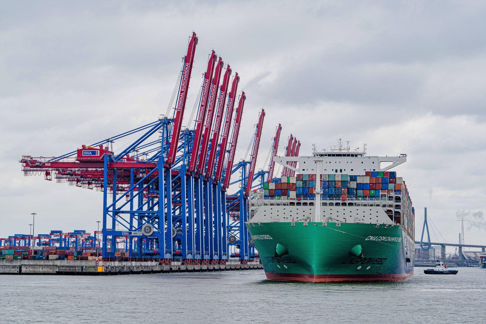 LNG-Flüssiggas-Schiff in Hamburg eingetroffen - Die mit 399 Metern Länge zu den größten Containerschiffen der Welt gehö