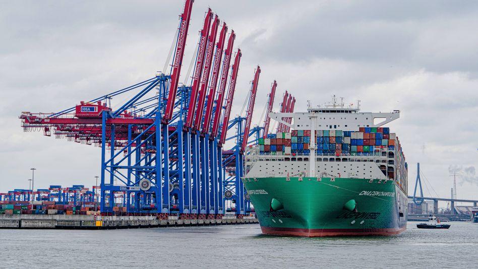 Containerfrachter in Hamburg: Maue Aussichten für die Wirtschaft