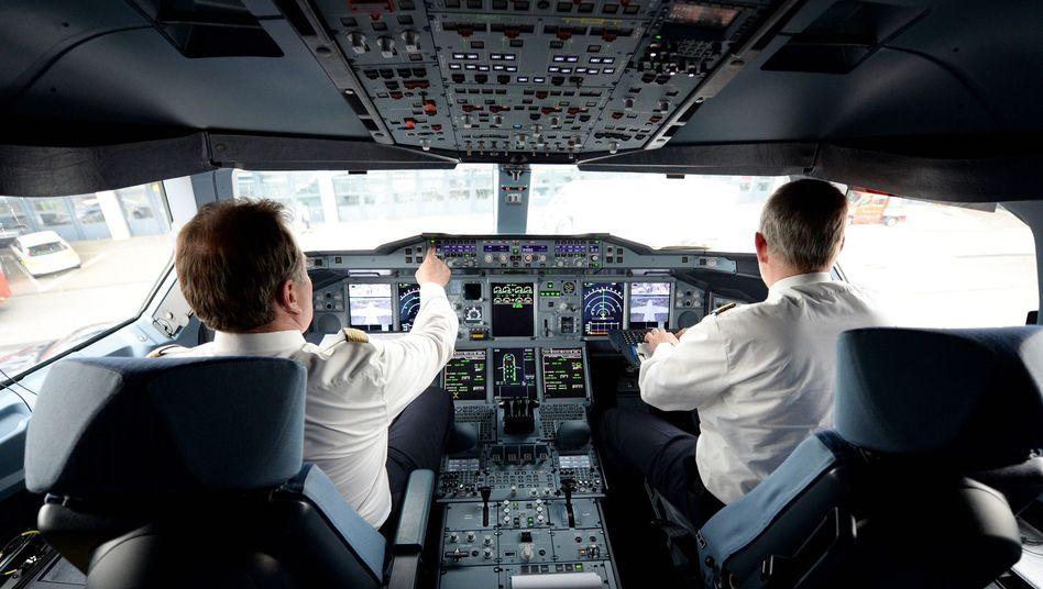 Piloten am Flughafen Hamburg (Archivbild): Fliegen ist so sicher wie nie