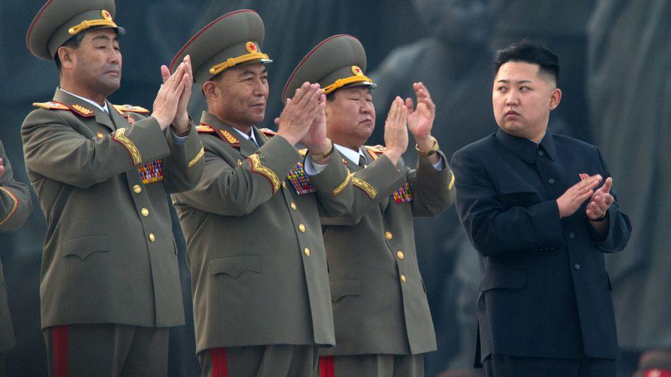 Kim Jong Un mit hohen Millitärs (Archivbild): Nordkoreas Machthaber ist seit Wochen nicht mehr öffentlich aufgetreten
