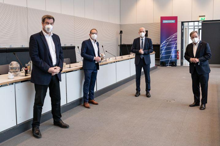 Wenn Körpersprache sprechen könnte: CSU-Chef Söder, CSU-Landesgruppenchef Dobrindt, CDU-Fraktionschef Brinkhaus, CDU-Chef Laschet (v.l.n.r.)