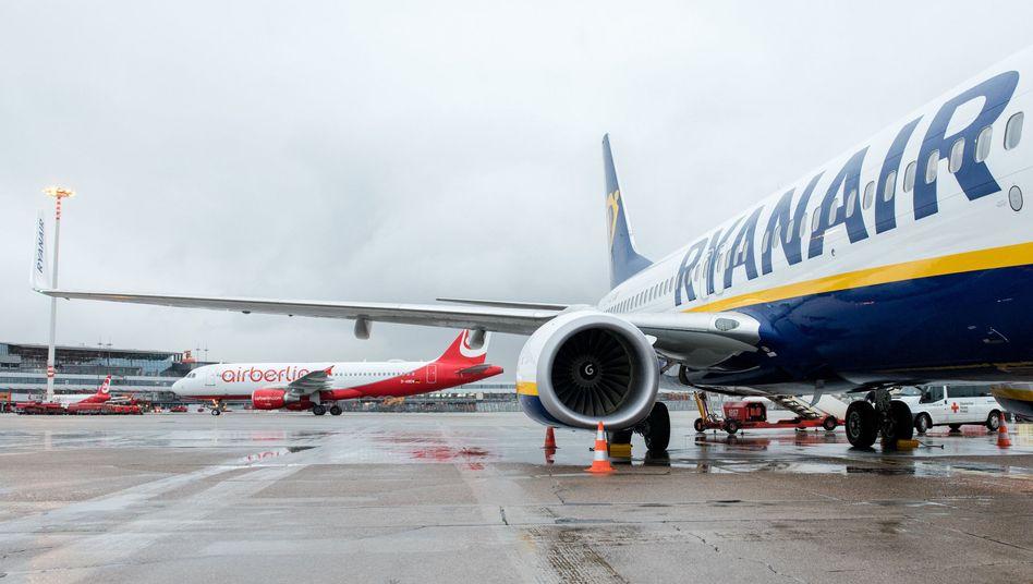 Flugzeuge der Fluggesellschaften Ryanair (r) und Air Berlin