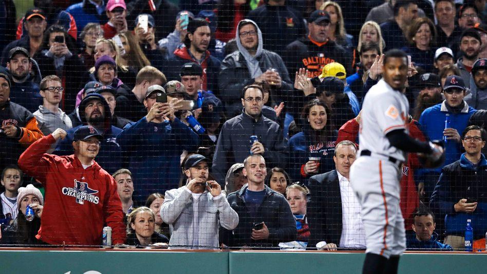 Fans der Boston Red Sox und Adam Jones (re.)