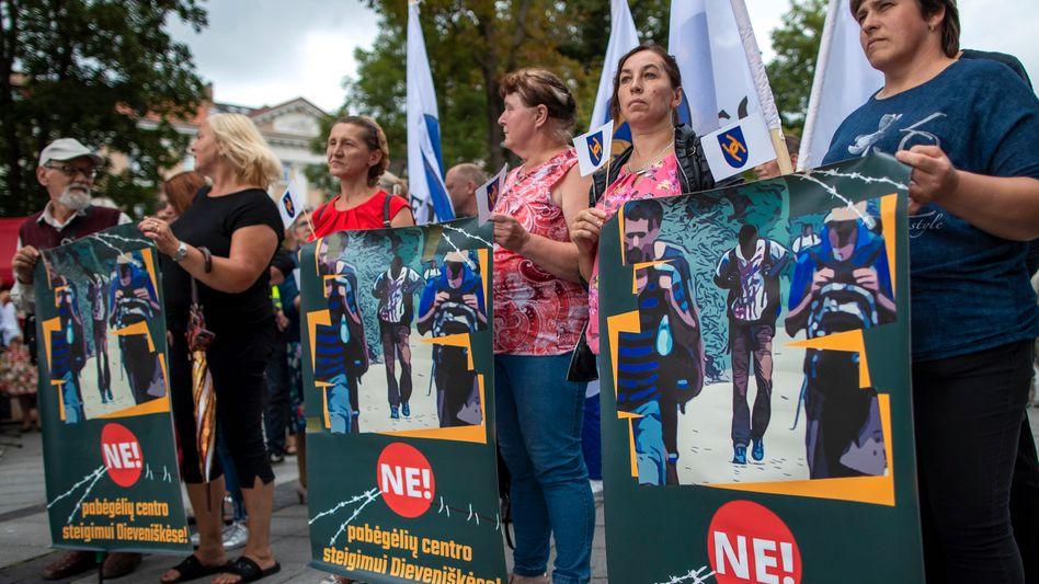 Frauen protestieren in Litauens Hauptstadt Vilnius gegen eine Aufnahmeeinrichtung im Dorf Dieveniskes